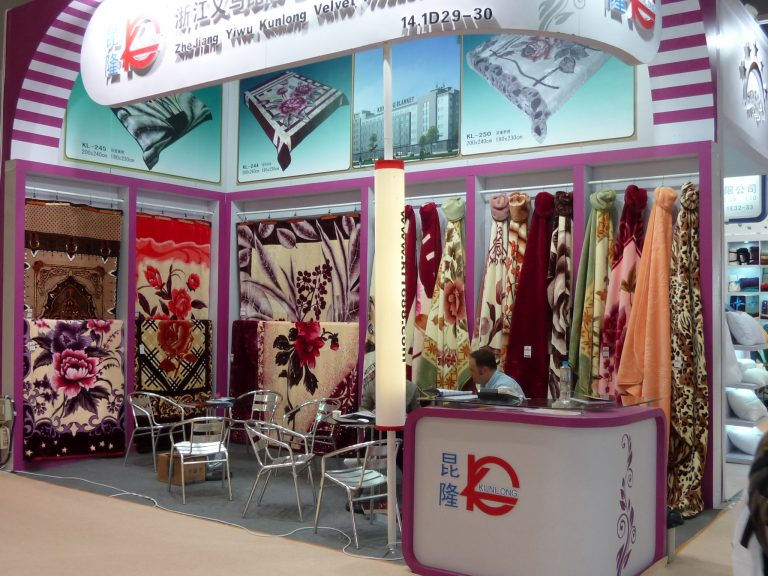 asie-foire-chine-textile-canton-interieur-stand-tissus-marchand-lafianceedumekong